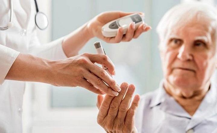 Nguyên nhân bệnh tiểu đường - Đo chỉ số đường huyết ở người già