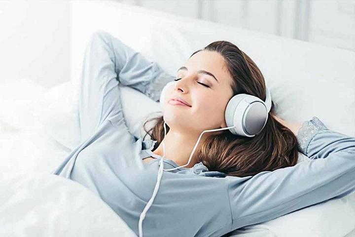 nghe nhạc giúp thư giãn và chìm vào giấc ngủ nhanh